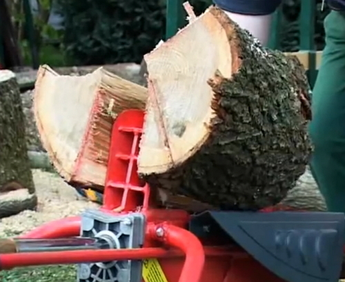 Holzspalter spaltet Holz