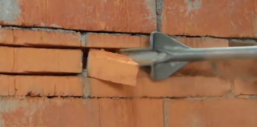 Meißeln im Mauerwerk